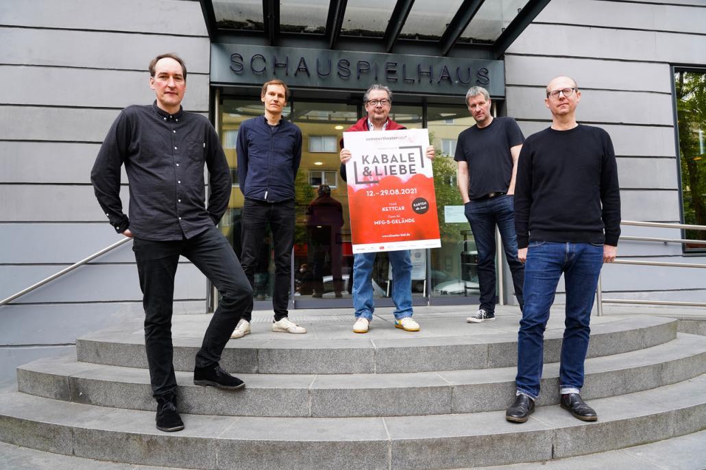 Generalintendant Daniel Karasek (m.) und die Indierockband Kettcar vor dem Kieler Schauspielhaus