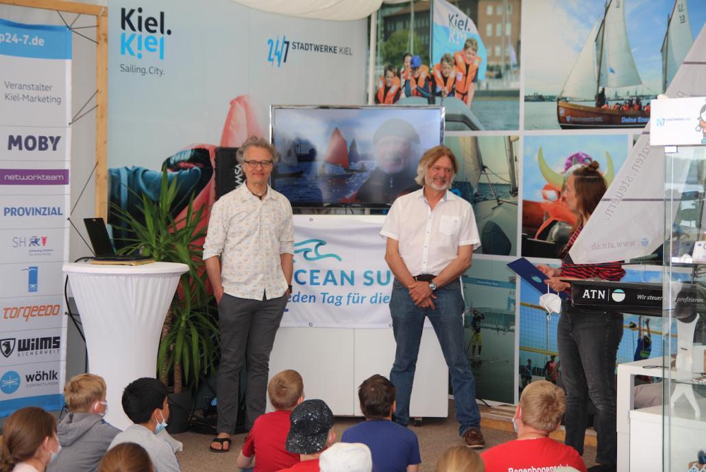 GEOMAR Wissenschaftler Johannes Karstensen und Polarforscher Arved Fuchs stehen den Kindern Rede und Antwort, während Katharina Troch (v.l.) die spannende Fragerunde moderiert.