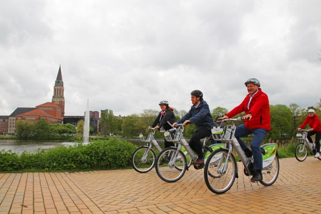Jana Haverbier (KielRegion), Dr. Ulf Kämpfer und Götz Bormann (Förde Sparkasse) haben ebenfalls eine Spritztour um den Kleinen Kiel gemacht und sich von den Rädern überzeugt.