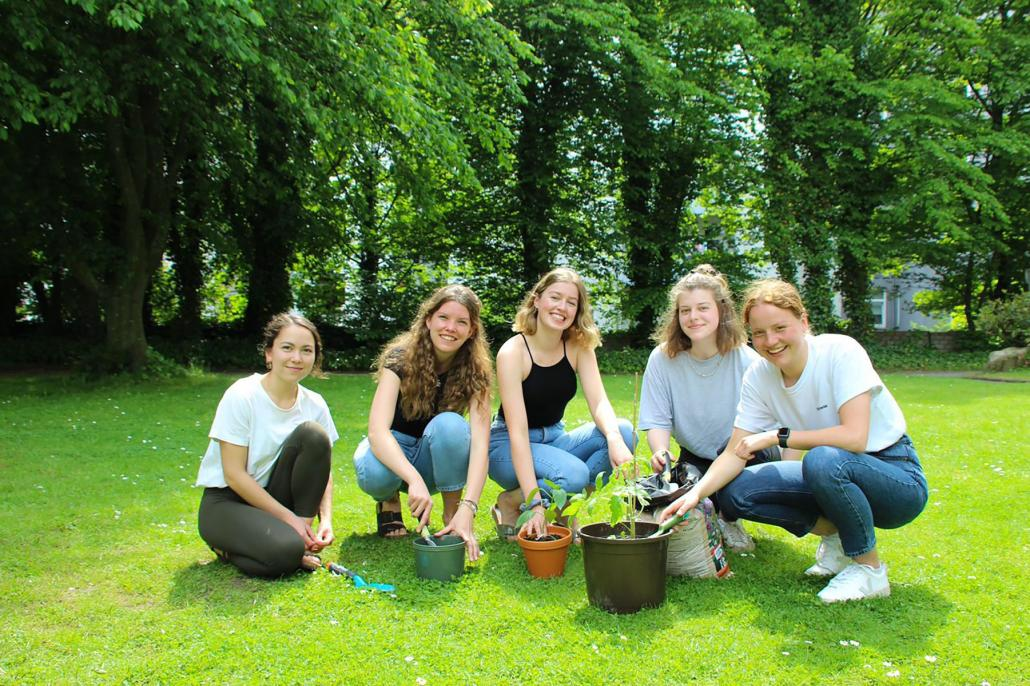 Flora Busskamp, Katharina Stamer, Rabea Lies, Daria Bach und Meret Bantelmann (v. li.) kümmern sich mit dem Stadtgärtchen um freie Flächen, die zum Urban Gardening einladen