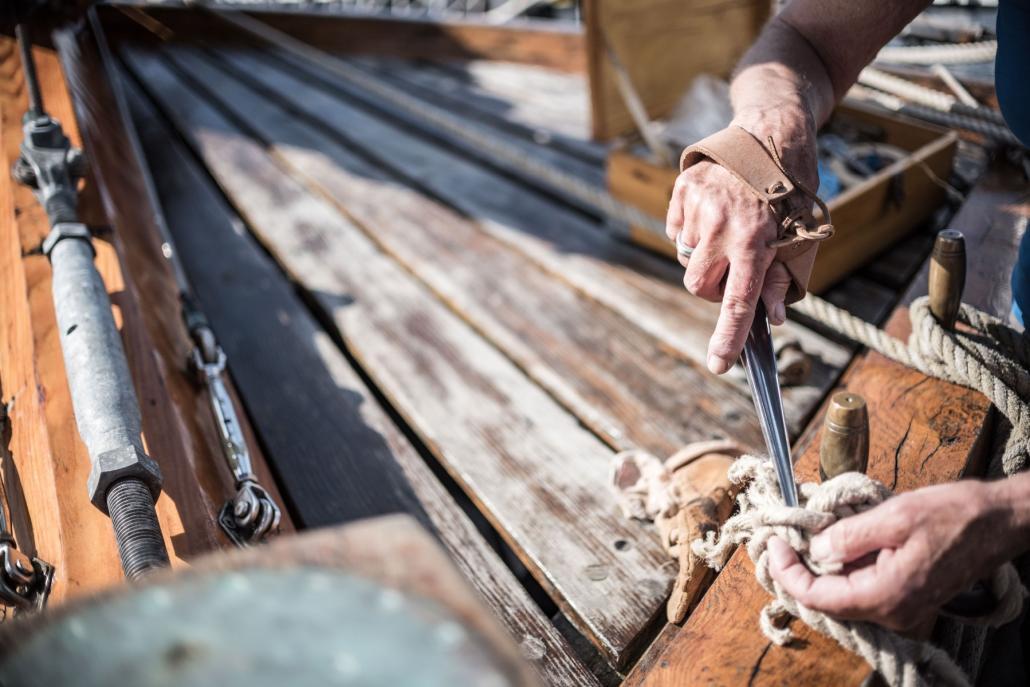 Takelarbeiten auf See: Auch beim Segelbetrieb muss regelmäßig repariert werden