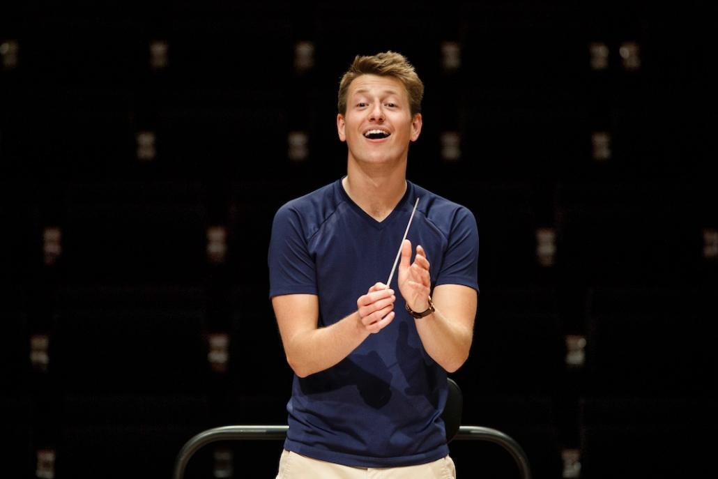 Dirigent Ducan Ward führte Orchester und Publikum durch das Konzert.