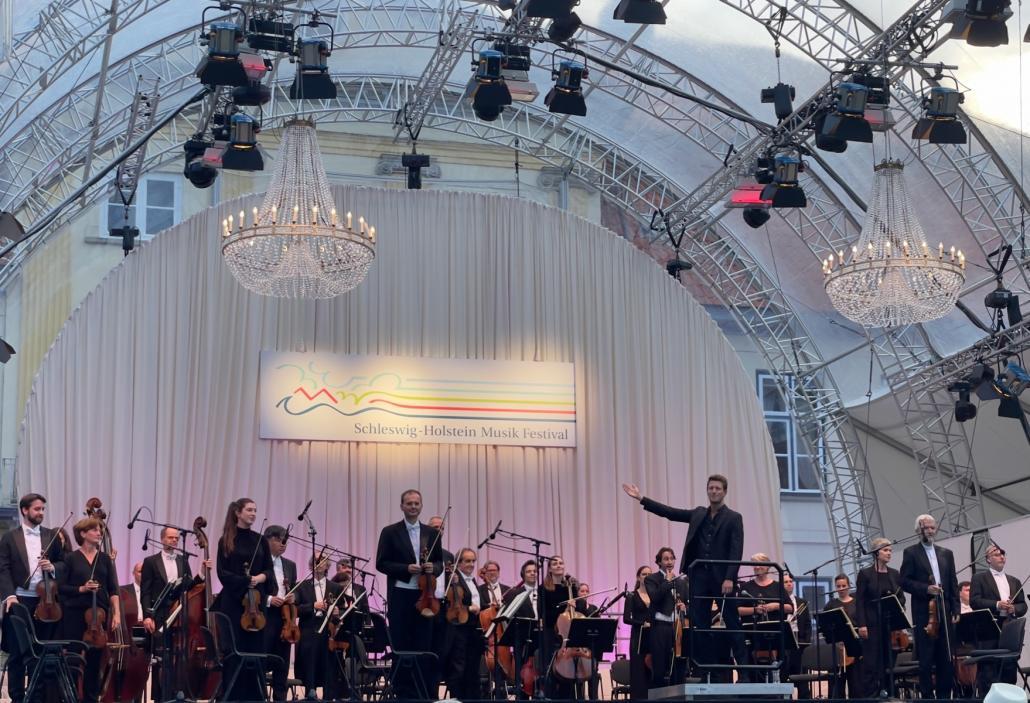 Die Deutsche Kammerphilharmonie Bremen mit Dirigent Duncan Ward.