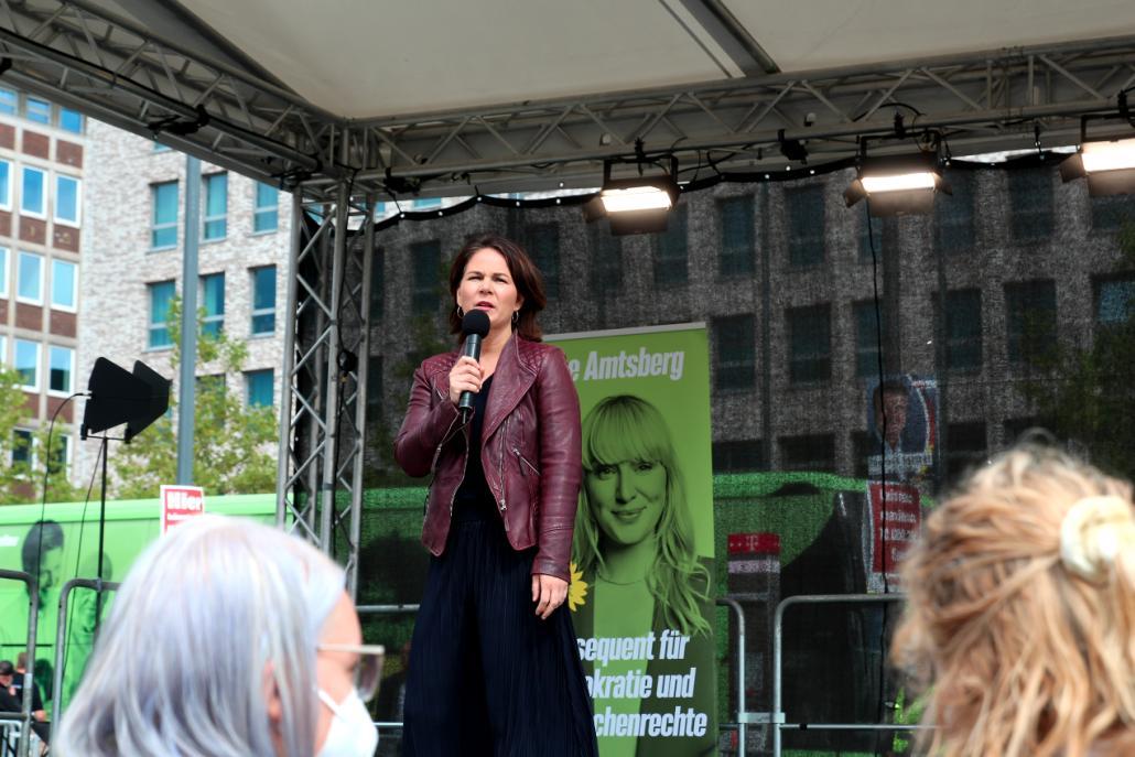Kanzlerkandidatin Annalena Baerbock (Bündnis 90/Die Grünen) sprach auf der Bühne vor dem Bahnhofsplatz über die zentralen Anliegen ihrer Partei.