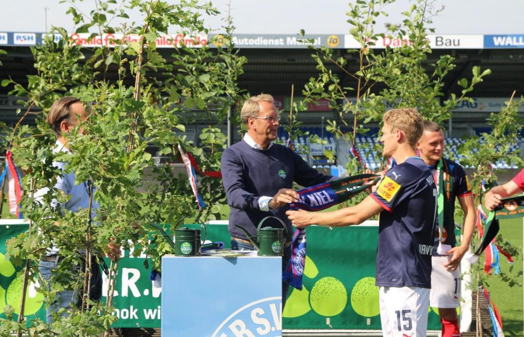 Schneekloth (l.) und van den Bergh bei der symbolischen Baumübergabe.