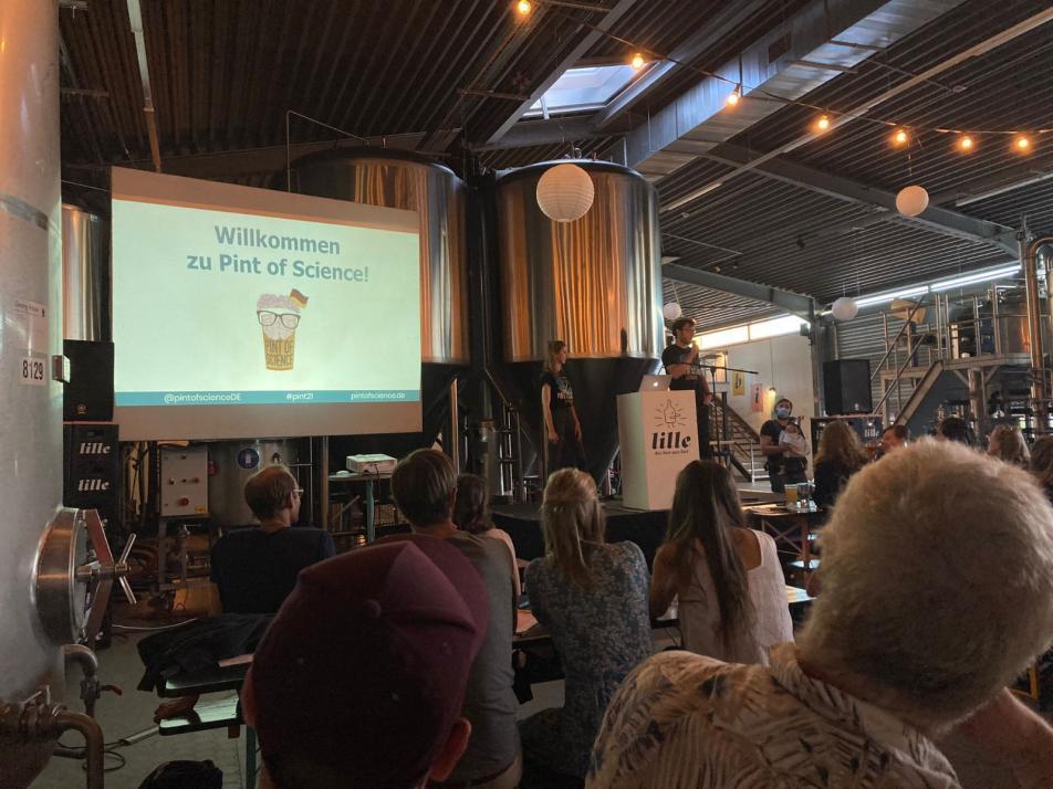 Bei dem ersten Termin moderierte Timon Heyn in der Lille-Brauerei.