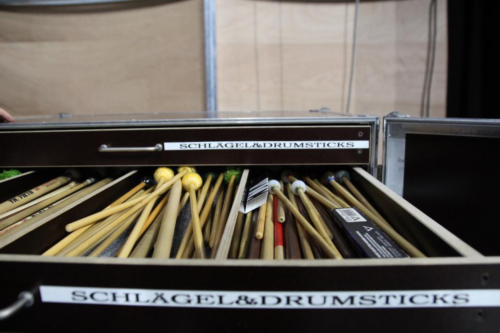 """Lukas' """"Werkzeug"""": Backstage liegen seine Schlägel und Sticks bereits, mit denen der Virtuose seine Instrumente spielt."""