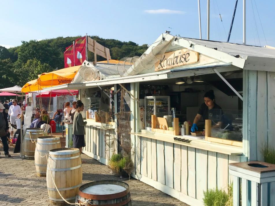 Da die Muschelwoche nicht wie gewohnt am Bootshafen stattfinden kann, bekommt ihr leckere Gerichte in der Kombüse an der Kiellinie.
