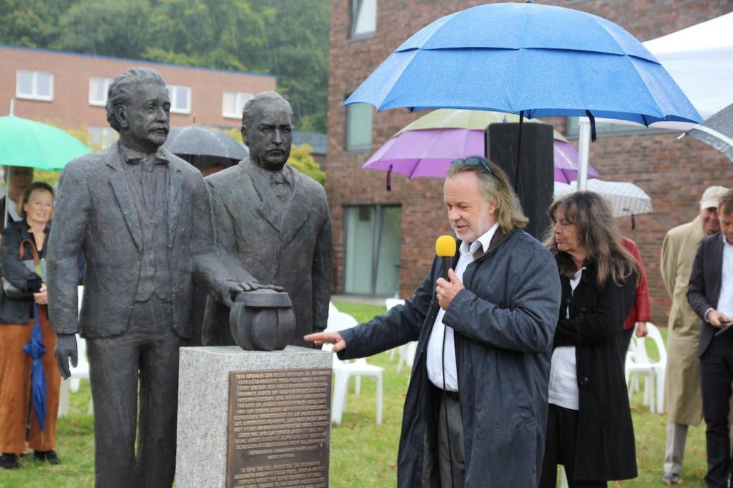 Bildhauer Dr. Jörg Plickat erzählt von den Eigenschaften der Statue.