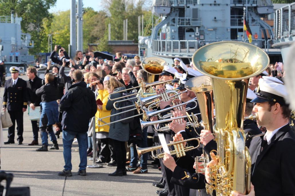 Der Marinekorps Kiel empfing das Schiff und seine Besatzung musikalisch.