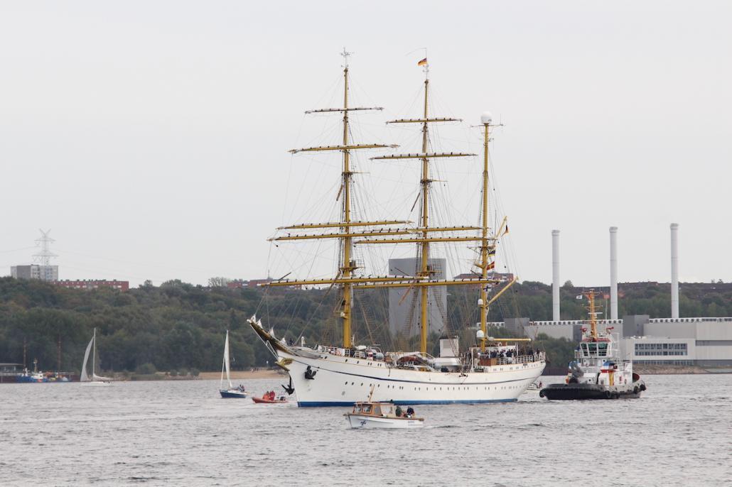 Auf der Zielgeraden: Nach einer Ehrenrunde kehrte das Segelschulschiff der Marine zurück an ihren Liegeplatz an der Gorch-Fock-Mole.