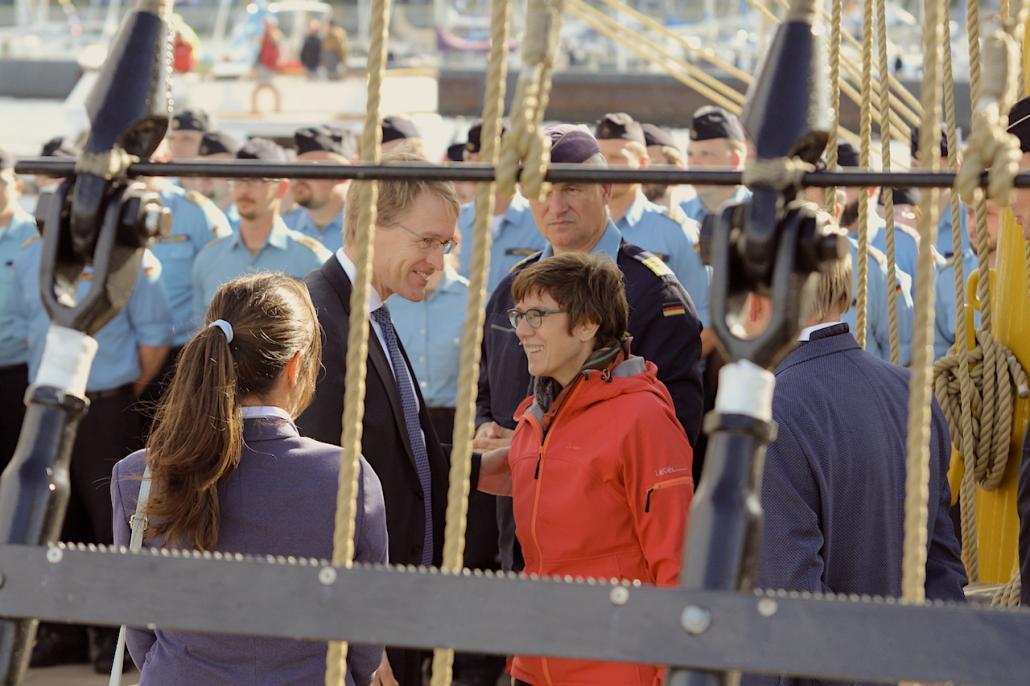 Unter Gleichgesinnten: Bei der Ankunft der Gorch Fock ging auch Parteifreund und Ministerpräsident Daniel Günther (CDU) an Bord.