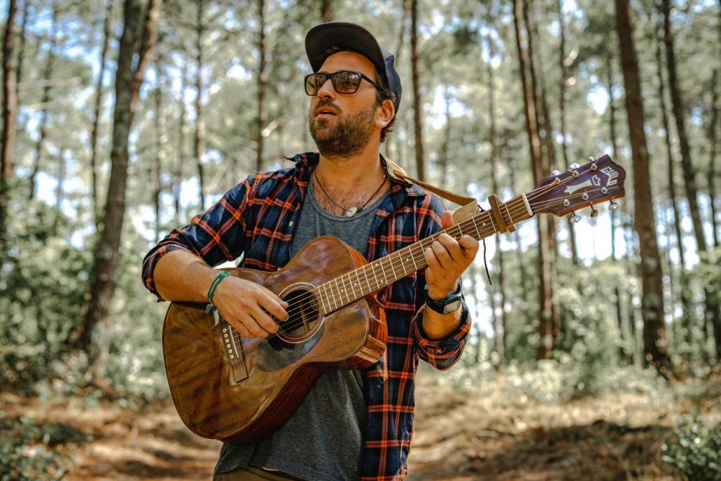 Der Singer-Songwriter JPson lädt auf eine musikalische Reise ein.