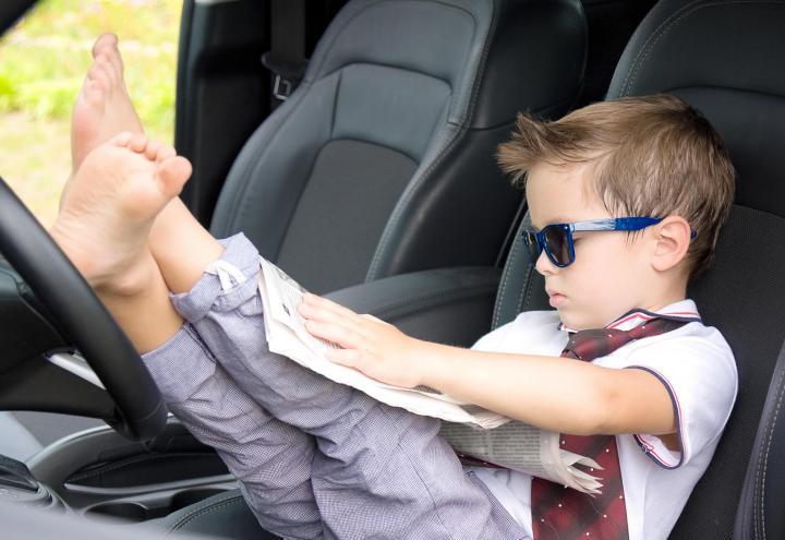 Darf man barfuß Auto fahren?