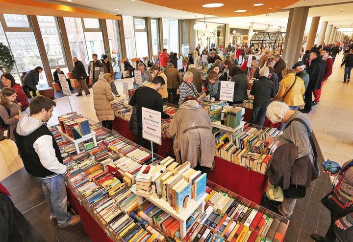 Auf dem Bücherflohmarkt stöbern, was das Zeug hält