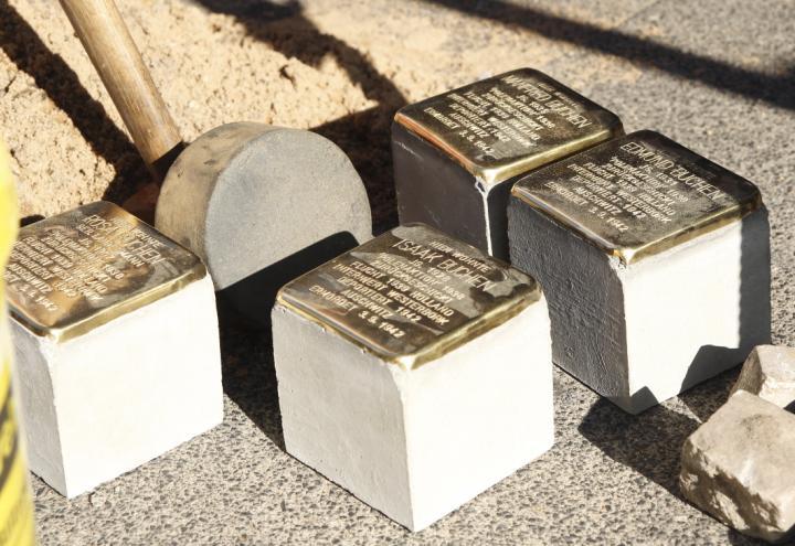 Samstag werden Stolpersteine geputzt